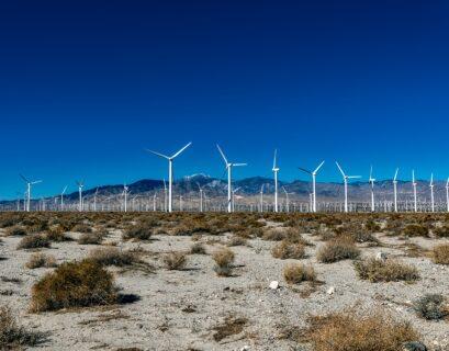 Parque eólico en el desierto